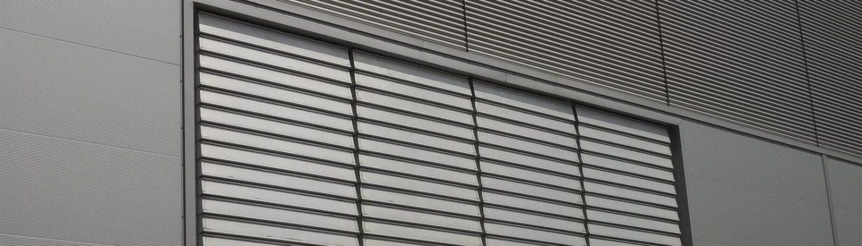 Vertical external smoke louvre